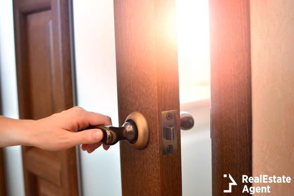 the girl hand open door